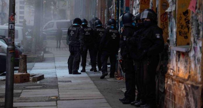 Протест против выселения лагеря для бездомных — полицейские вертолеты в действии