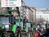 Парад протеста с участием около 100 тракторов проезжает по Берлину